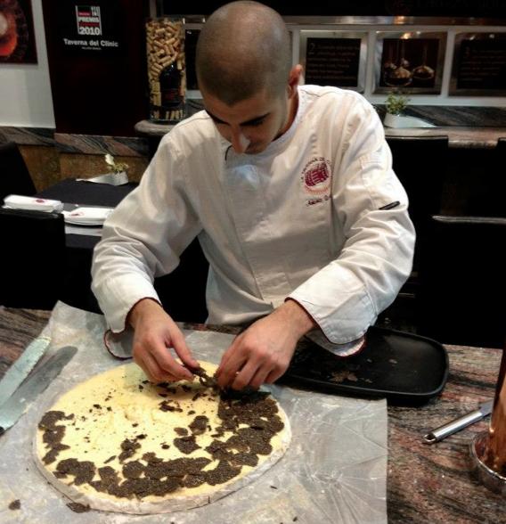 Antonio trufando un Brie con trufa negra melanosporum