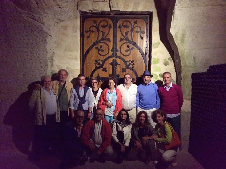 Los Taverneros bien rodeados de botellas en las bodegas Taittinger (Reims )